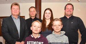 """Die Vorstandsmitglieder Rainer Windhusen und Frieder Eiskamp (hinten von links) mit Charlotte Holzschuher und den """"Neuen"""" Manuel Würfel (rechts) sowie (vorn, von links) Hauke Winter und Marten Rohlfs. Bild: P. Kratzmann"""